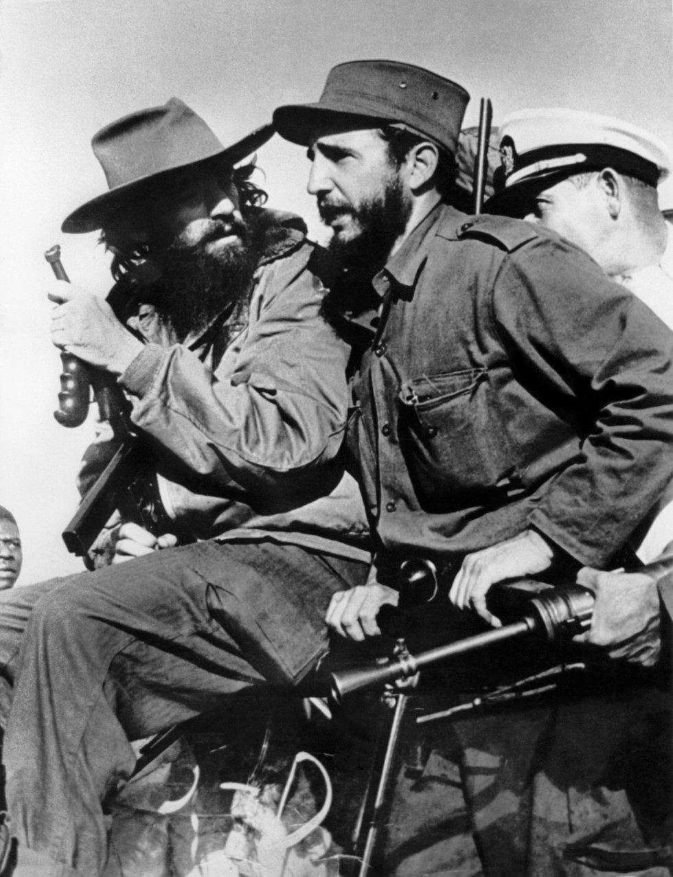 Fidel Castro en sus tiempos de líder rebelde junto a Camilo Cienfuegos (izquierda), entrando en La Habana después de la victoria sobre las tropas del dictador cubano Fulgencio Batista