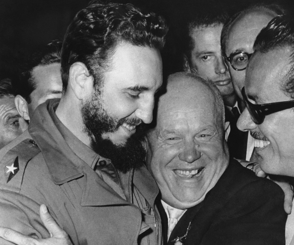 Castro saluda a el entonces líder de la URSS Nikita Khrushchev, cuando ambos coincidieron en las Naciones Unidas. Cuando el líder cubano cumple 90 años, cientos de miles de compatriotas ya regentan negocios privados, compran y venden sus casas y coches y navegan en Internet desde móviles importados.