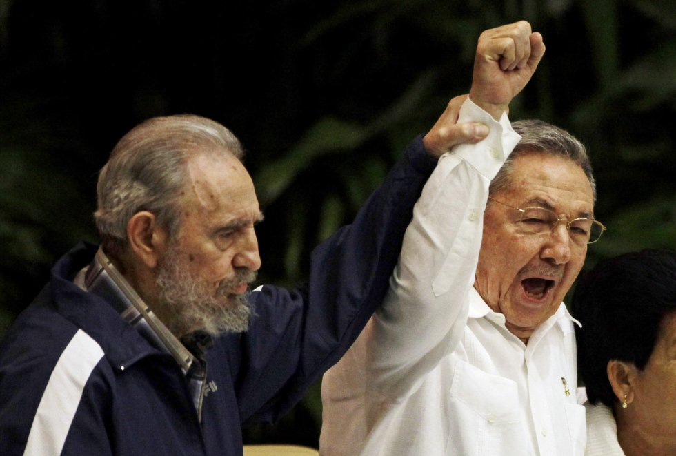 Fidel Castro levanta el brazo de su hermano Raúl mientras cantan la internacional socialista durante el 6º Congreso del Partido Comunista cubano en La Habana, el 19 de abril de 2011. Castro ha sido testigo de cómo su hermano otorgaba libertades económicas a los cubanos y reanudaba las relaciones con EE UU