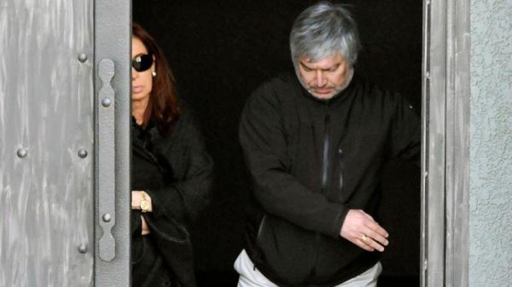 CFK y Báez salen del mausoleo de Néstor Kirchner.