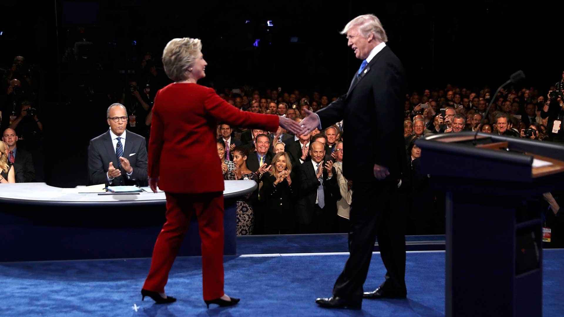 Clinton saluda a Trump. Debate presidencial.