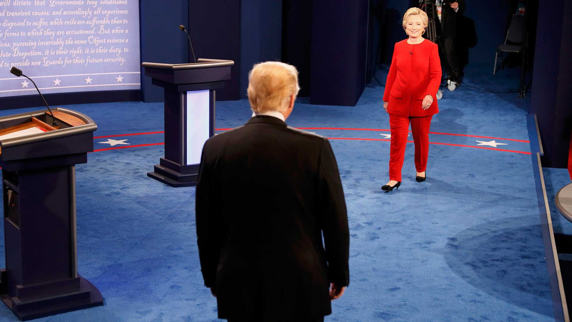 Clinton y Trump se acercan para iniciar el primer debate.