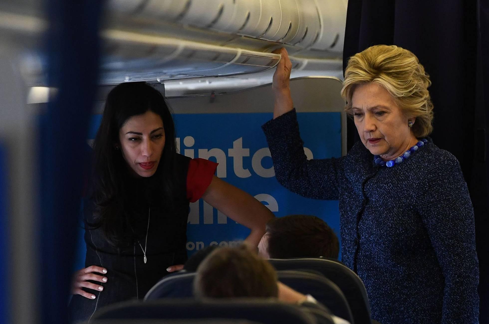 Huma Abedin y Hillary Clinton, en el avión de campaña.