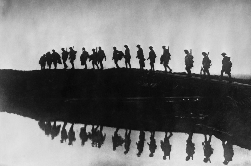 5 October 1917: tropas australianas caminan cerca de Hooge, en Ypres