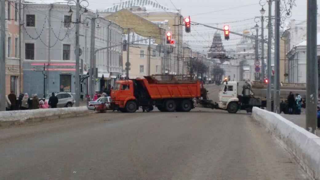 Camión bloqueando el acceso al mercado navideño.