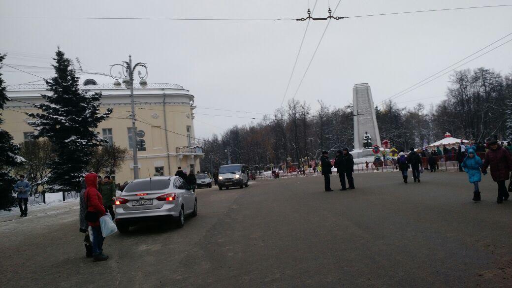 El acceso al mercado de Vladimir sin autos civiles estacionados.