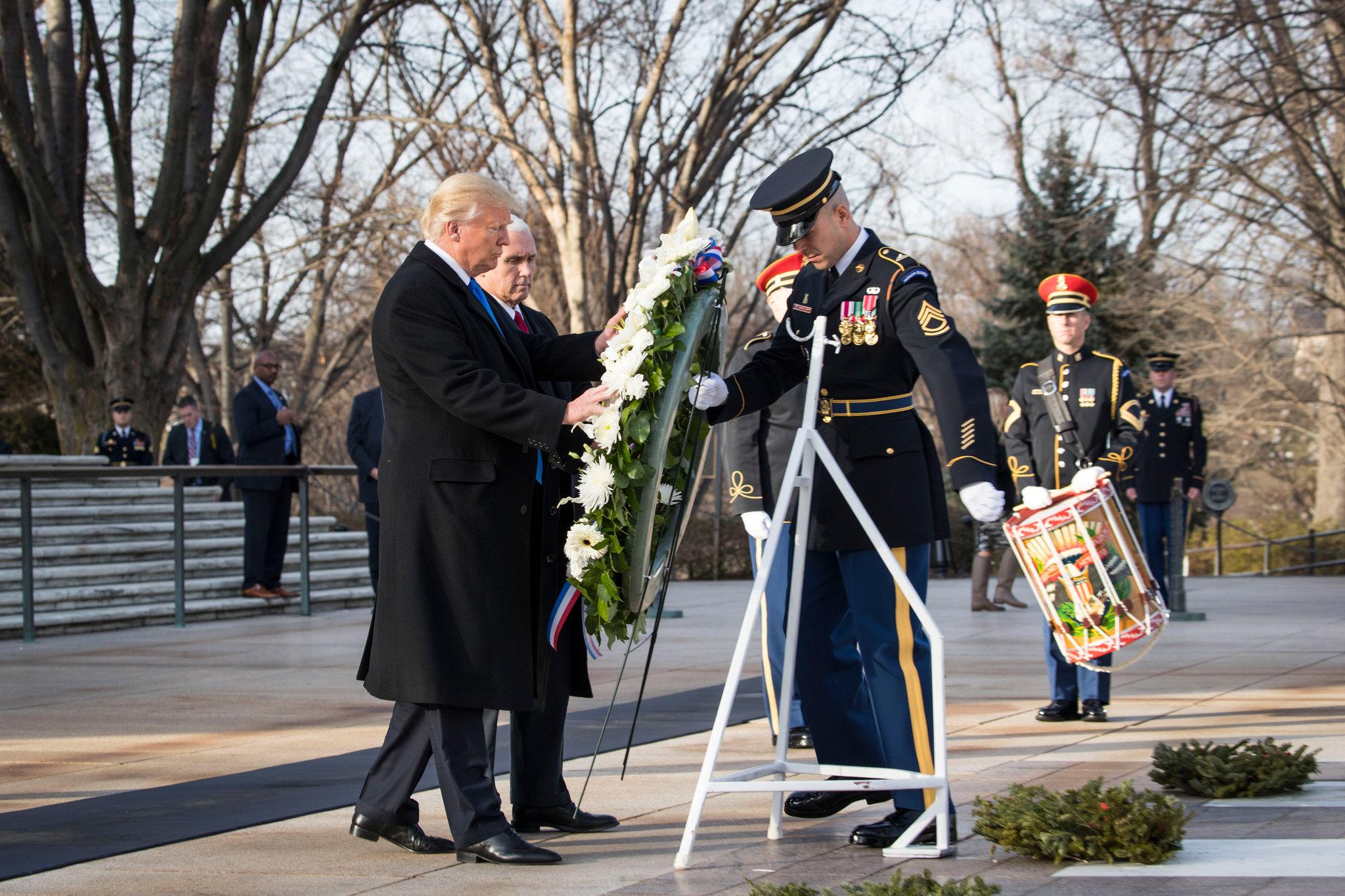 Trump en el cementerio de Arlington rindiendo homenaje a los héroes de guerra.
