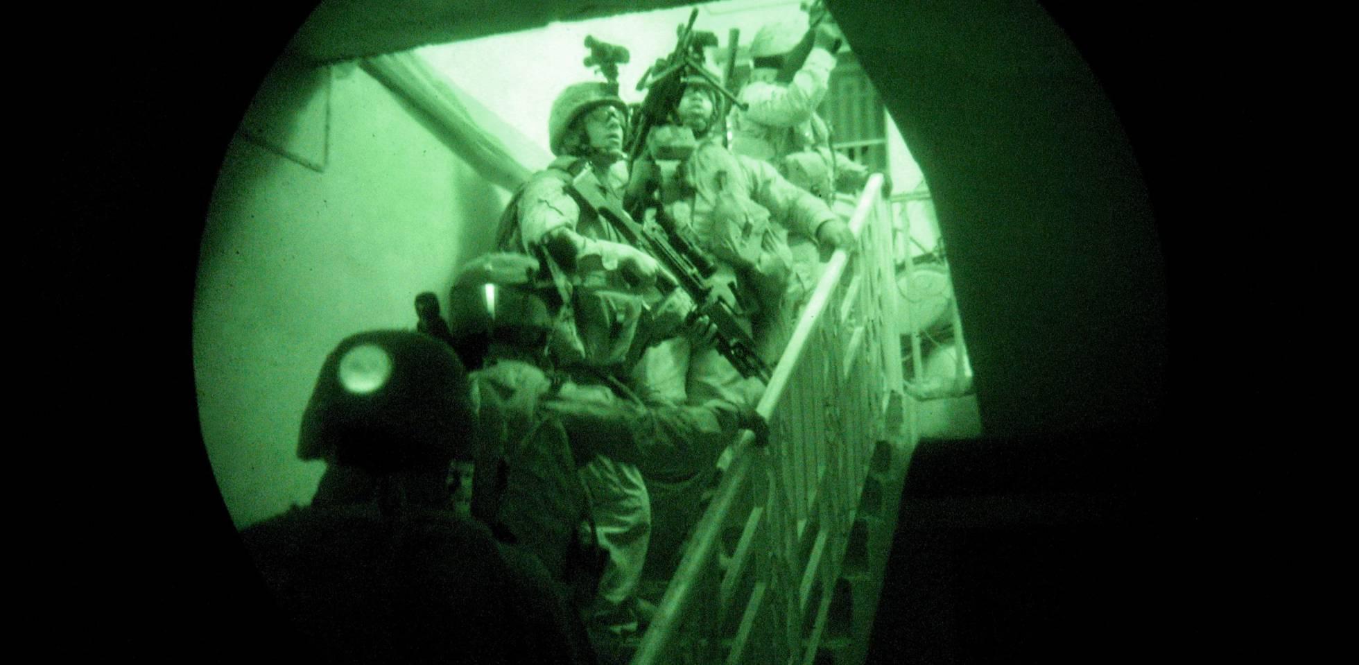 Marines estadounidenses entran en una casa iraquí durante una misión de búsqueda de insurgentes.