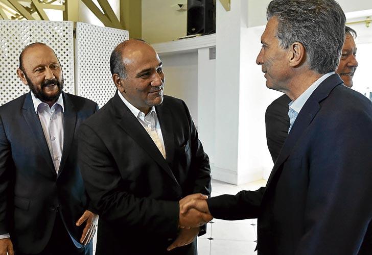 Manzur e Insfran, dos gobernadores peronistas, saludando a Mauricio Macri