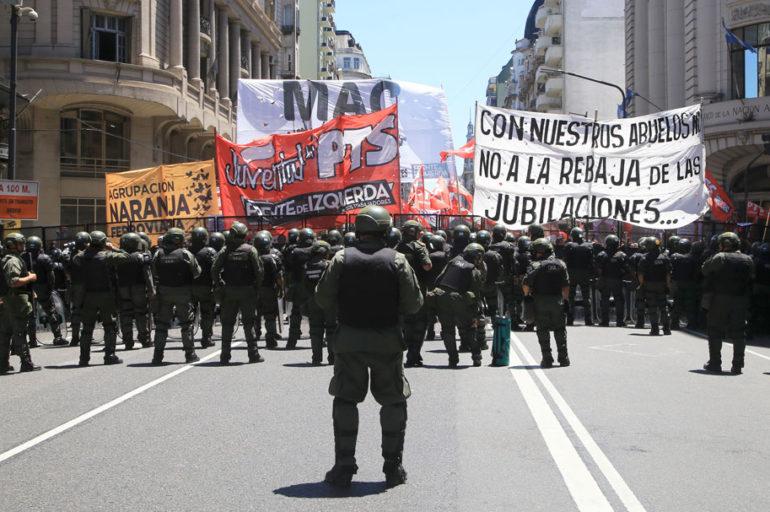 Inocencia política y represión callejera