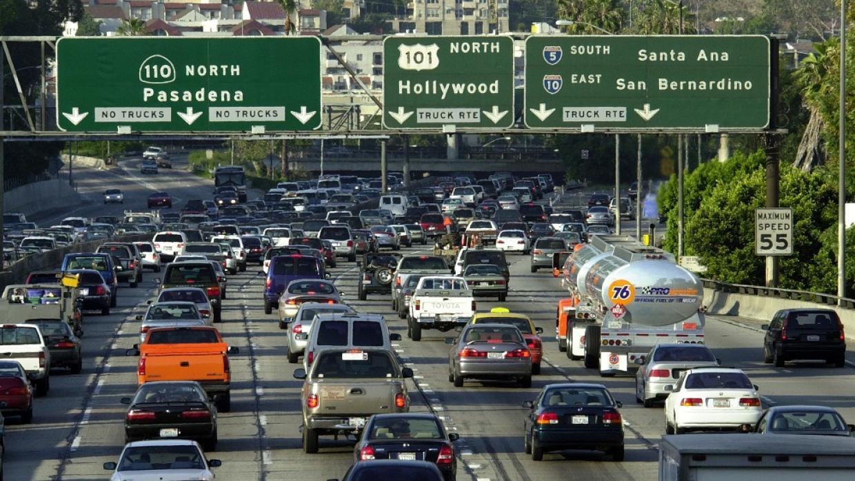 Autopista de los Ángeles.  Una vía de comunicación clave en los Estados Unidos.