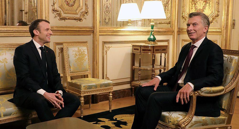 French President Emmanuel Macron speaks with his Argentinean counterpart Mauricio Macri during a meeting at the Elysee Palace in Paris on January 26, 2018. / AFP PHOTO / POOL / ludovic MARIN